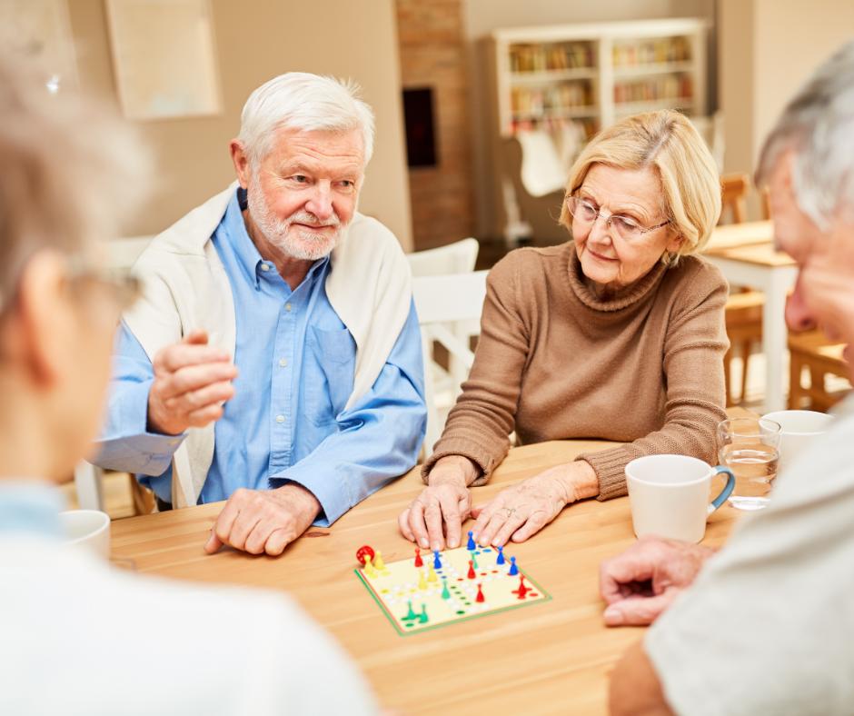 Mies ja nainen pelaavat lautapeliä.